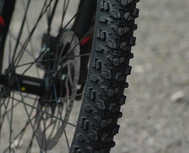 mountain biking 1437534 640 - 自転車のパンク修理の値段って?アサヒ、イオン、カインズの料金を比較