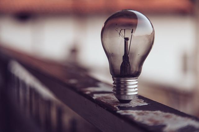 lamp 2390164 640 - 被害妄想の原因とは? 症状を知り統合失調症やうつ病など病気に対応しよう
